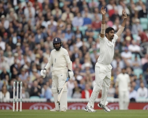 England 304/8 at lunch on Day 2