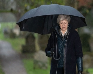 Theresa May wins confidence vote in leadership