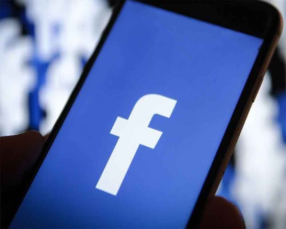 Facebook bug shows iPhone camera open in background