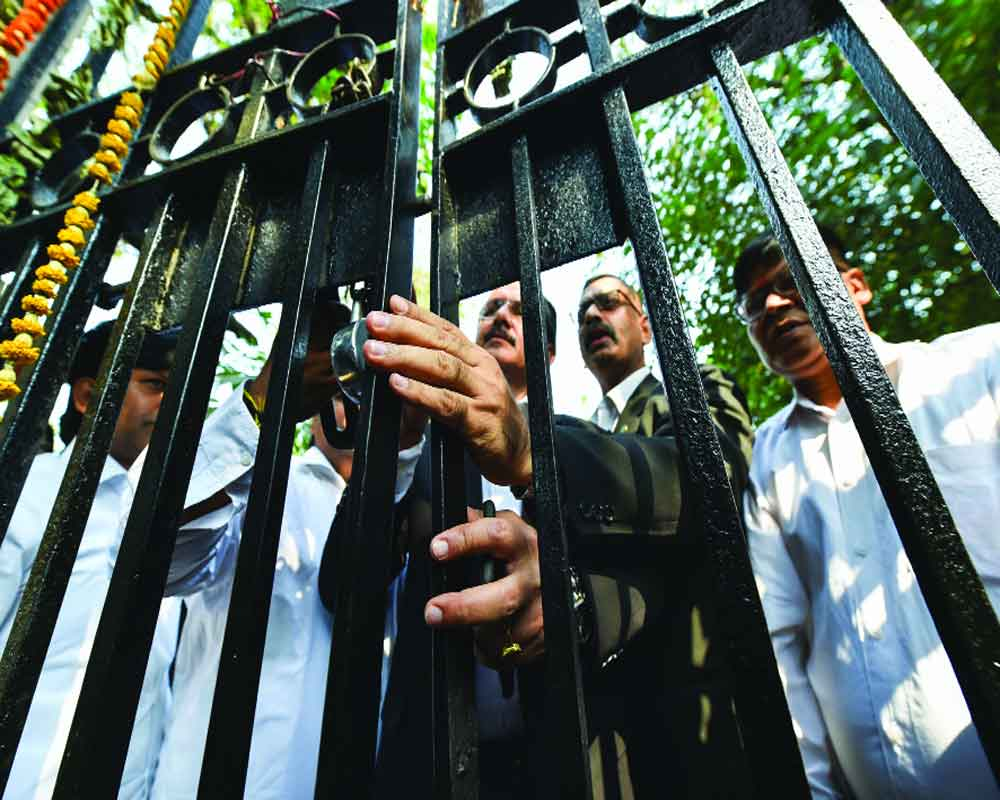 Lawyers lock out litigants