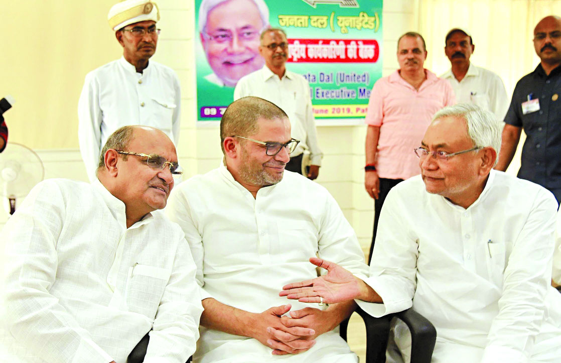 Nitish confines romance with BJP to Bihar