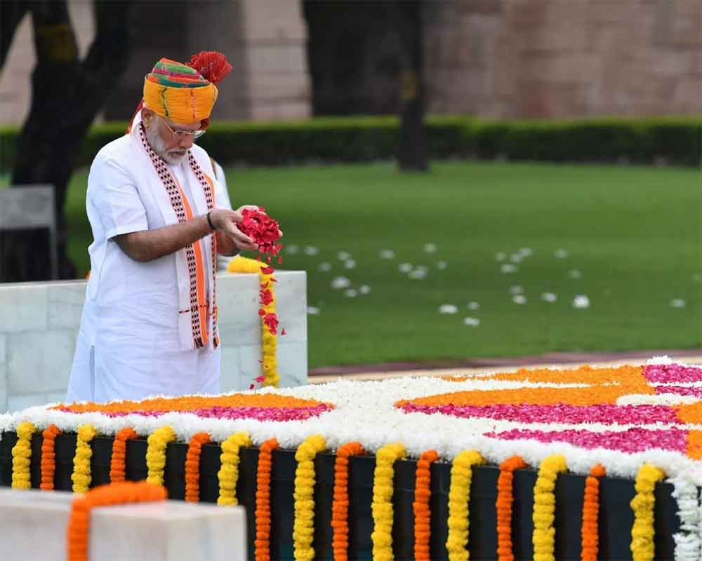 PM pays homage to Mahatma Gandhi at Rajghat on Independence Day