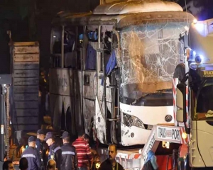 Bomb hits tourist bus near Egypt's Giza Pyramids, wounds 16