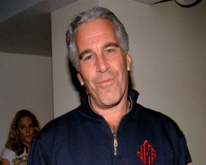 Epstein death: two prison guards put on leave, warden reassigned