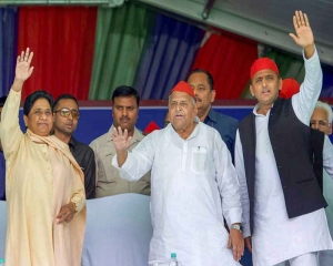 Mulayam, Mayawati share stage after decades, praise each other