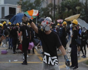Protests disrupt Hong Kong work day as leader vows to remain