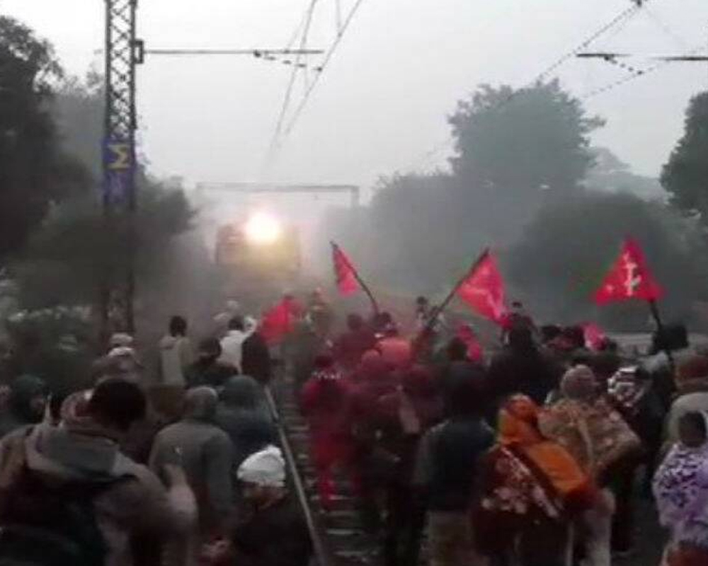 Sporadic incidents violence across Bengal as strikers try to Enforce bandh