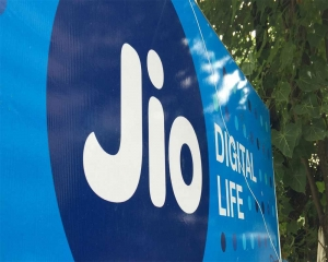 Airtel, Jio to continue gaining market share due to VodaIdea's worsened financial health