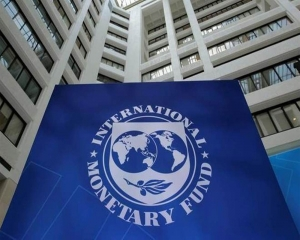 IMF asks Pak to freeze govt employees' salaries to cut public debt