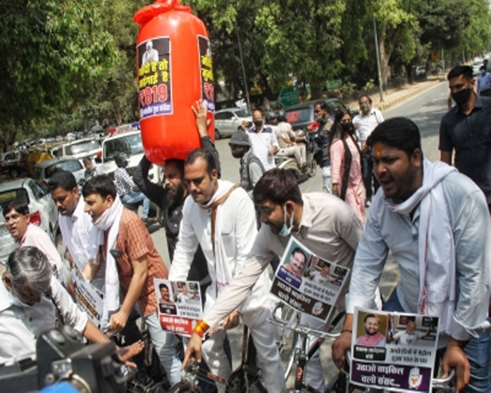 Fuel price hike: Youth Cong workers protest in Delhi