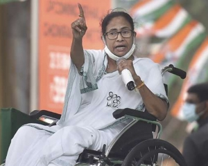 Mamata stages dharna in Kolkata to protest EC's move to ban her campaign for 24 hrs