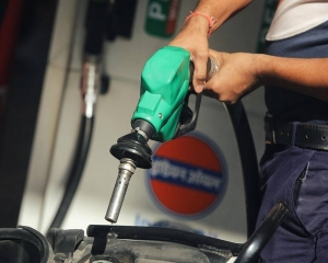 Petrol, diesel price rise again; petrol above Rs 100-mark in many districts of MP, Maha & Raj