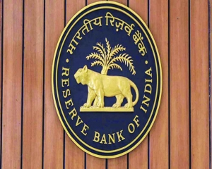 RBI gives relief to small borrowers, loans to vaccine makers, hosps