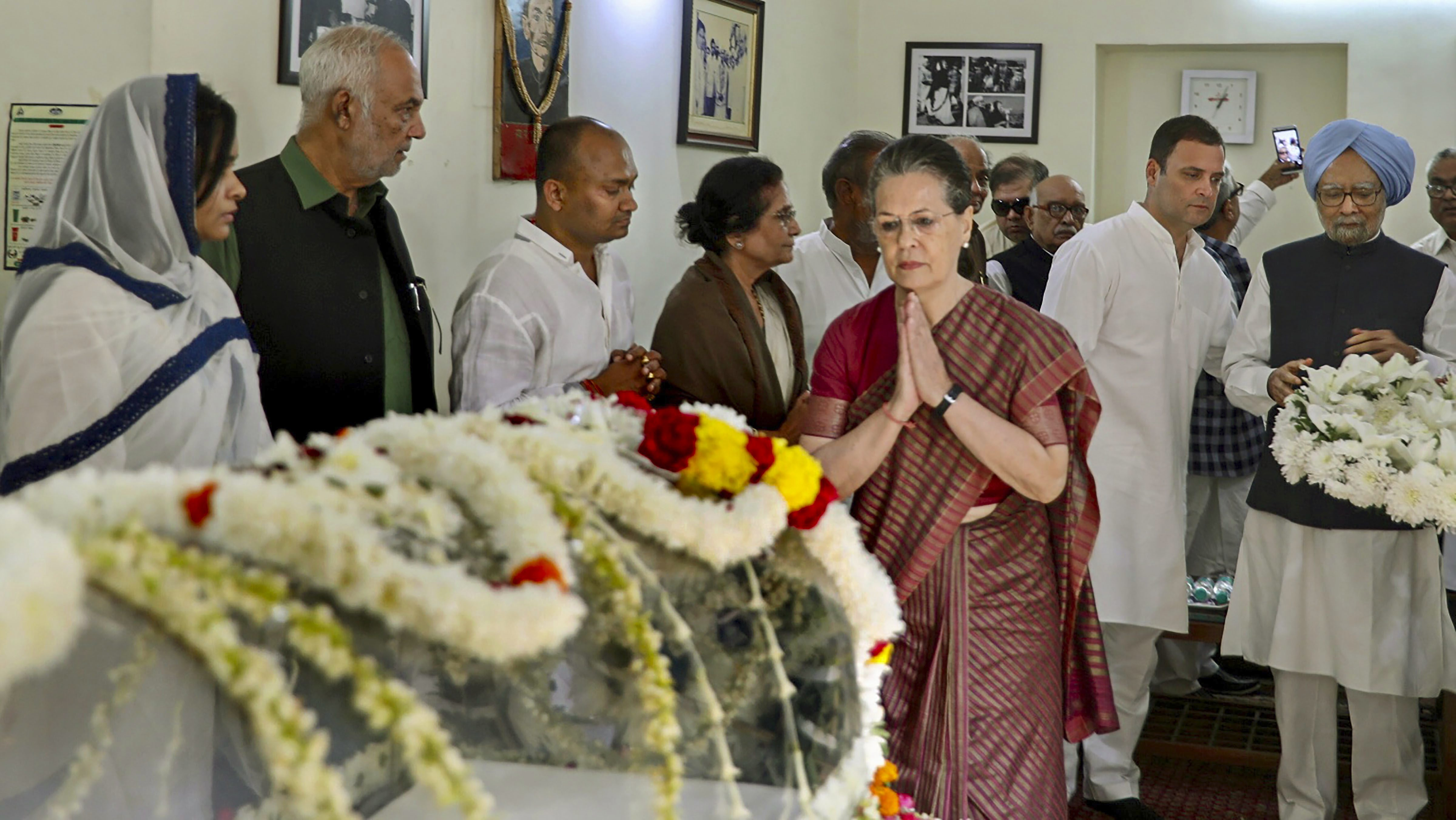 Former Congress chief Sonia Gandhi and former PM Manmohan Singh pay their last respects to party veteran ND Tiwari at his residence in New Delhi - PTI