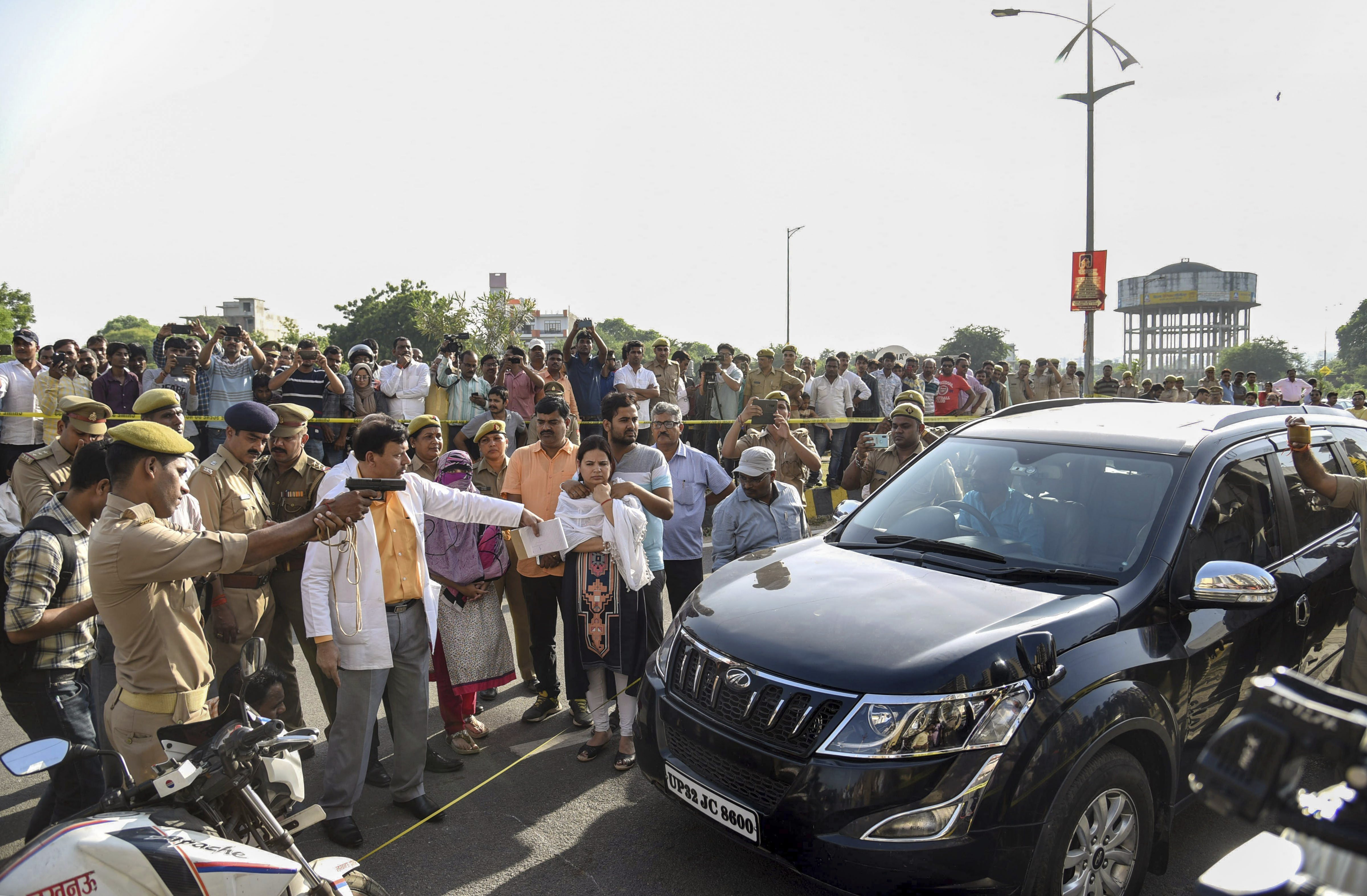 SIT members reconstruct the crime scene pertaining to murder of the private company executive Vivek Tiwari in the presence of his wife Kalpana Tiwari and colleague Sana, in Lucknow - PTI