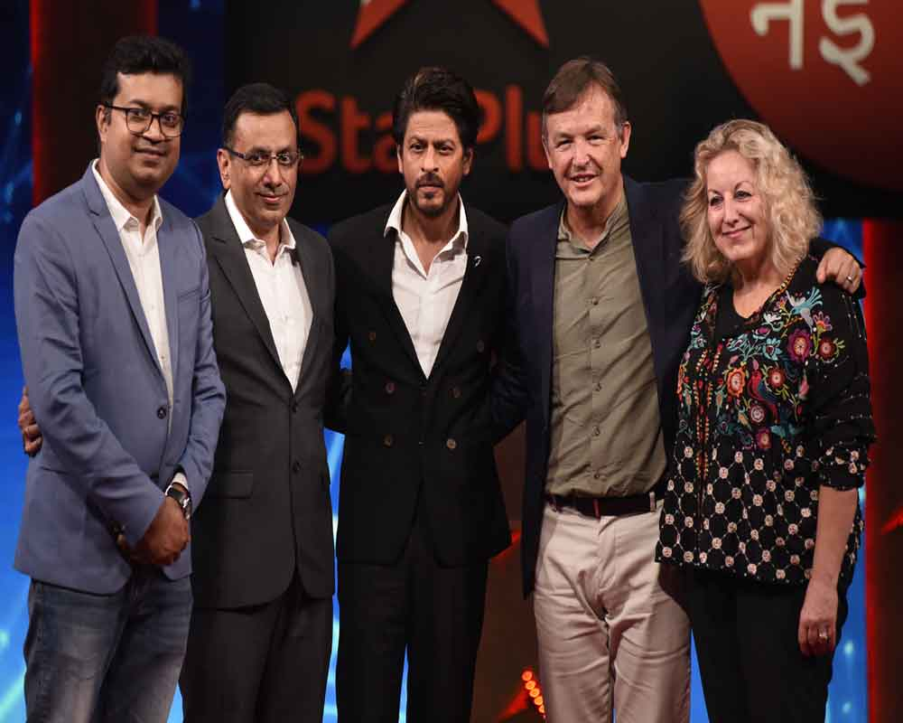 Bollywood actor Shah Rukh Khan with TED head Chris Anderson (2nd R), 'Ted Talks' Head of Television Juliet Blake (R) and others at a press conference to announce the second season of 'Ted Talks India: Nayi Baat', in Mumbai - PTI