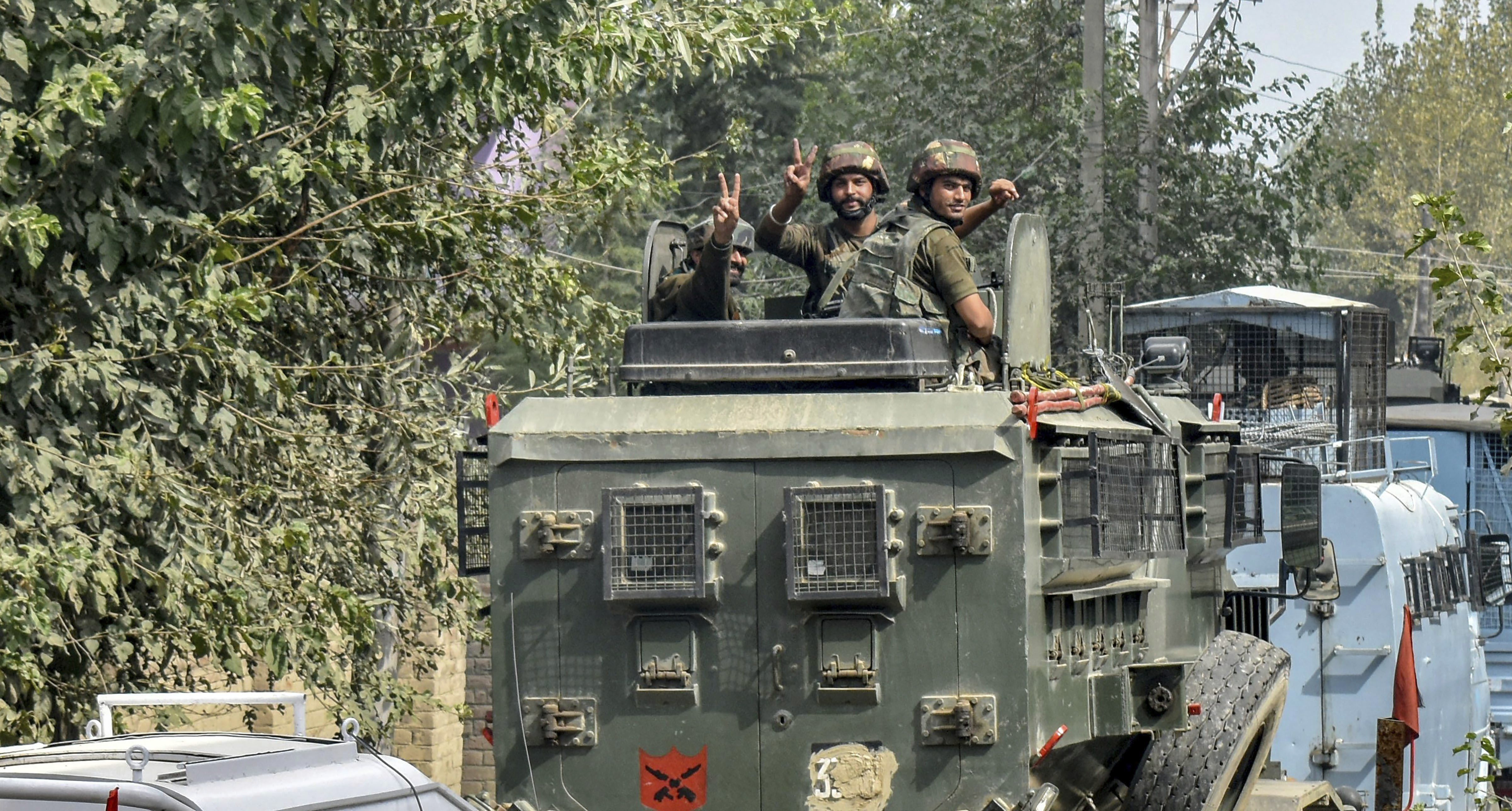 Army soldiers shows victory sign after an encounter near a mosque where militants were hiding during an encounter at Panzan Chadoora area of Budgam district near Srinagar - PTI