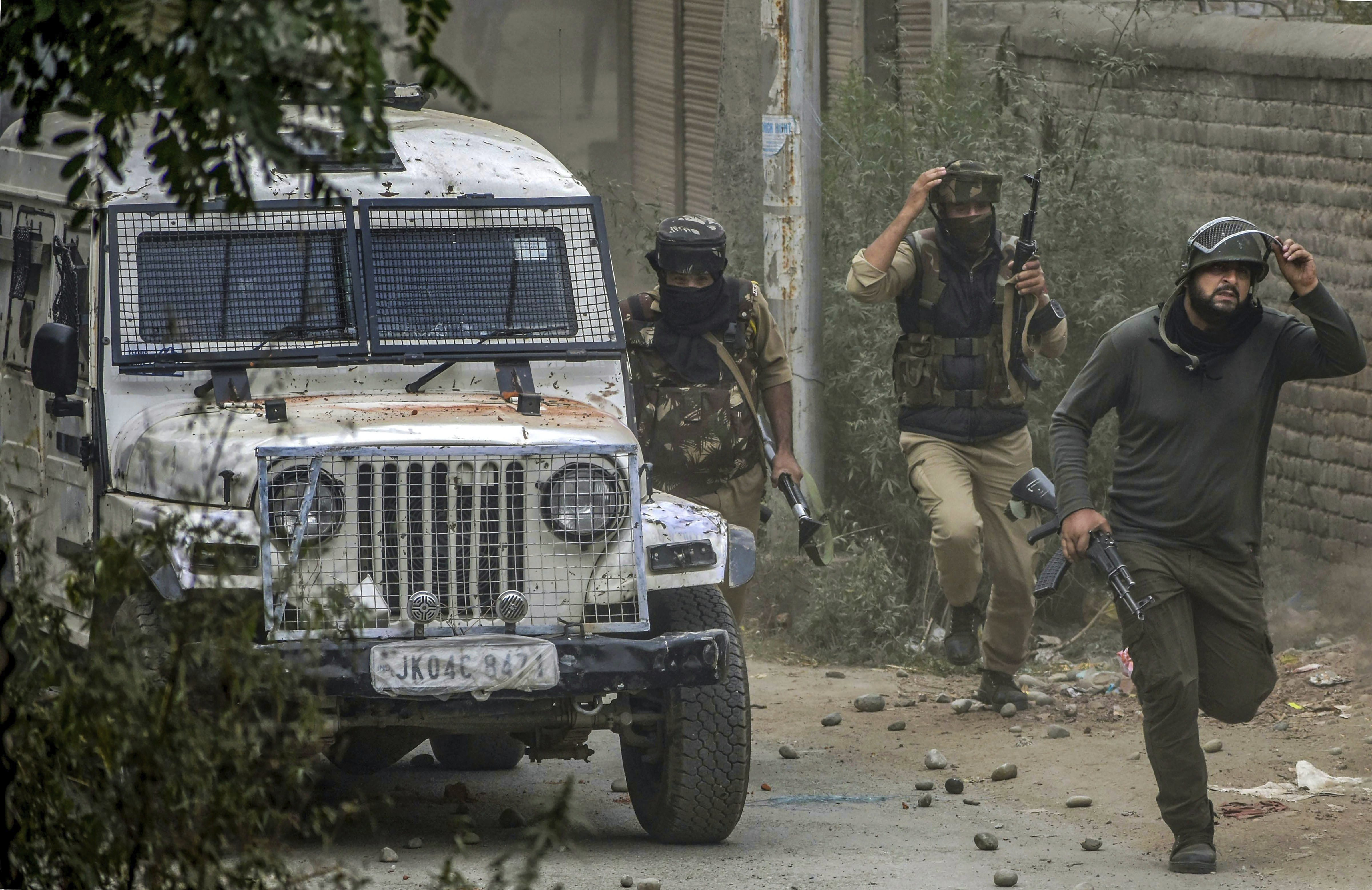 Special Operation Group (SOG) of Jammu and Kashmir Police run towards the mosque where militants were hiding during an encounter, at Panzan Chadoora area of Budgam district near Srinagar - PTI
