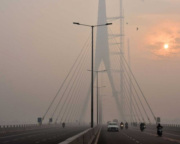 Today's Photo : The sun is vaguely seen behind the Signature Bridge amid heavy smog
